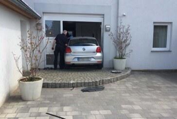 Auto fährt durch Hauseingangstür: Zwei Verletzte
