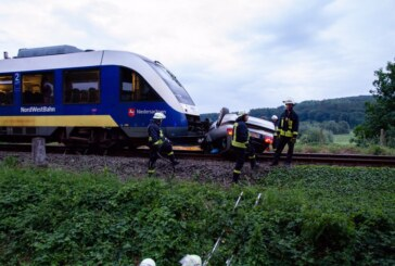 Porta Westfalica: Auto kommt von Straße ab, wird von Zug gerammt