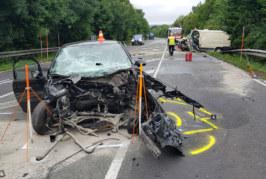 B83: Corsa rammt Campingbus frontal – 3 Schwerverletzte (24, 66, 67)