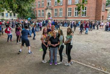 Farbenfrohes Miteinander auf dem Schulhof: Abschlussparty an der Hildburgschule in Rinteln
