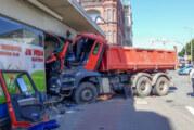 LKW kracht in Hauswand: Fahrer eingeklemmt, 500.000 Euro Schaden
