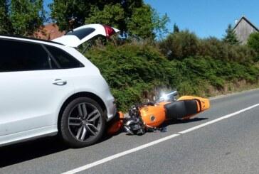 Auffahrunfall in Eisbergen: Motorradfahrer kracht in Audi-Heck