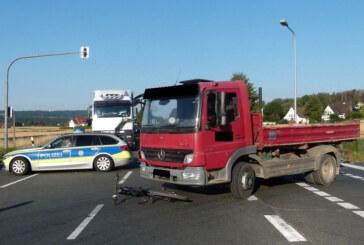 Radfahrer von LKW erfasst und schwer verletzt