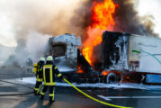 Porta-Autohof auf der A2: LKW mit Bananen brennt