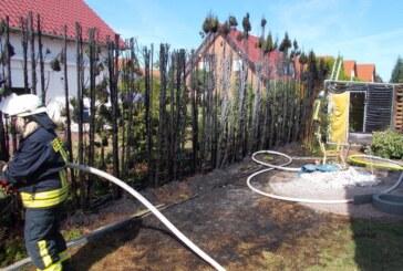 Grill anzünden schlägt fehl: Spiritusflasche explodiert, Hecke brennt, Frau verletzt