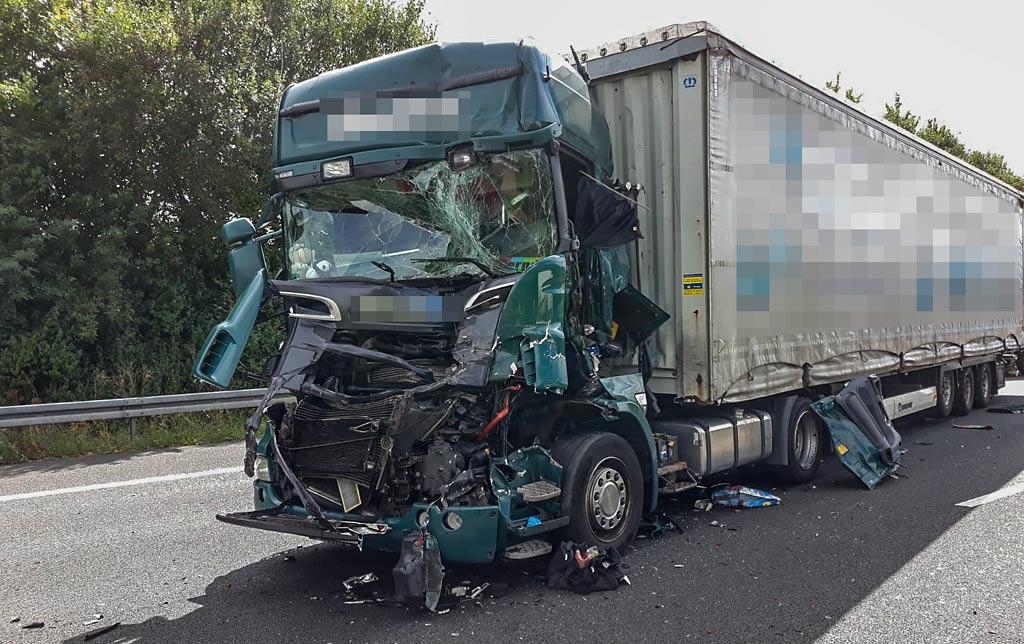 Fahrer 60 Schwer Verletzt A2 Bei Rehren Nach Lkw Unfall Gesperrt
