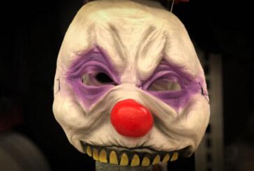 Extertal: Clown springt vors Auto