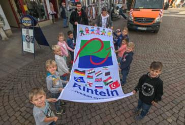 """""""Kinder willkommen"""": Flagge zum 7. Rintelner Weltkindertag hängt auf dem Marktplatz"""