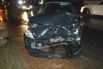 Kleinenbremen: Peugeot gerät in Gegenverkehr und stößt frontal mit BMW zusammen