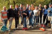 Fleißige Vereinsmitglieder machen Tennisplätze winterfest