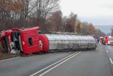 Schwerer Verkehrsunfall zwischen LKW und zwei Autos