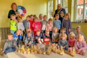 Kindergartenkinder backen Weihnachtskekse für Herzenswunsch-Aktion