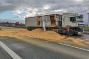 LKW wird bei Unfall aufgerissen: 25 Tonnen Getreide landen auf der A2