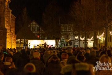 Kirchplatz: Hunderte Menschen besuchen Gottesdienst unter freiem Himmel