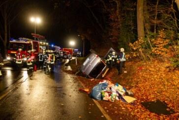 Feuerwehr befreit zwei Personen und Hund aus Unfallfahrzeug