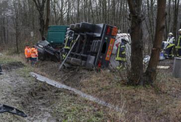 Extertalstraße: Heizöllaster umgekippt, Polizei sucht flüchtiges Fahrzeug