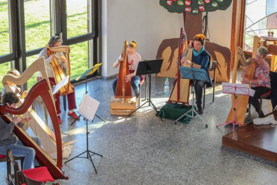 Harfen bezauberten Gottesdienstbesucher