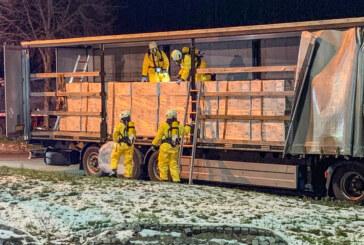 Rintelner Feuerwehren bei Gefahrguteinsatz auf der Autobahn: Unbekannte schlitzten LKW-Plane und Behälter auf