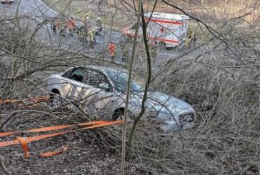 Auto kommt in A2-Abfahrt von Fahrbahn ab