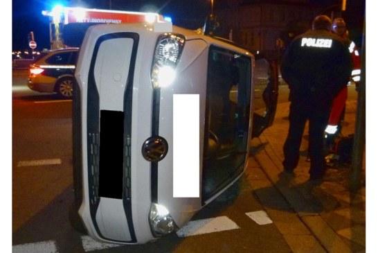 VW nach Unfall mit Hyundai auf Seite gekippt