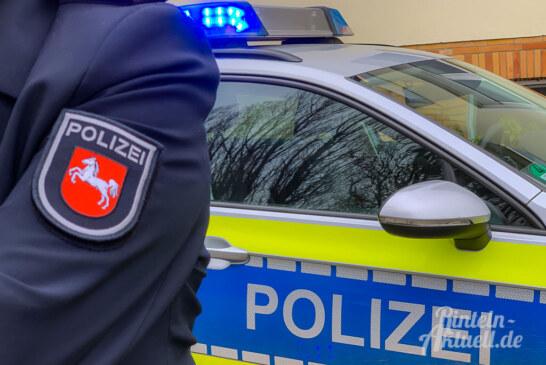 Unfallflucht in Deckbergen: Verkehrsteilnehmer beschädigt Pfosten und Schild