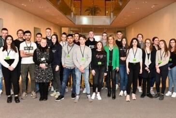 Schüler aus Rinteln besuchen Katja Keul im Bundestag