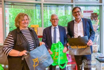 Beim Tag der offenen Eulenburg: Stadtbücherei Rinteln stellt neue Büchertaschen vor