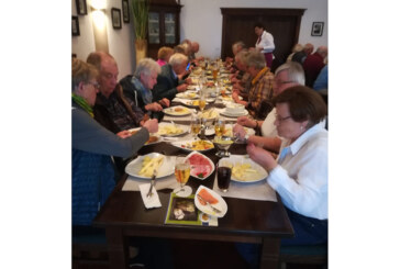 Ein Bus voll gutgelaunter Senioren auf den Weg in die Welt des Spargels und der Kornbrennerei