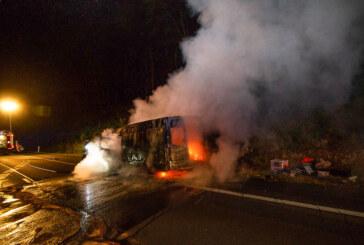 Feuerwehr im Einsatz: Fahrzeug brennt auf A2 aus