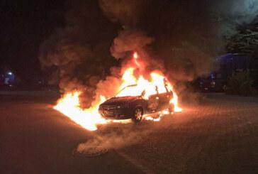 Auto auf Parkplatz ausgebrannt