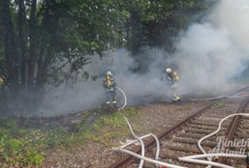 Feuer an der Großen Tonkuhle: Feuerwehr löscht brennende Bahnschwellen