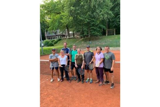 Gelbe Filzkugel begeistert Tennis-Neulinge: VHS-Kurs auf dem Tennisplatz