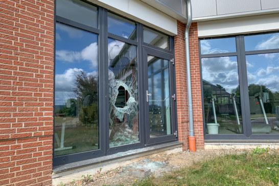 Erneut Einbruch in Weser-Fit-Rinteln: Mehrere Glasfenster zerstört