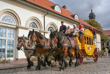 Historische Postkutsche macht Halt auf dem Rintelner Öko- und Bauernmarkt