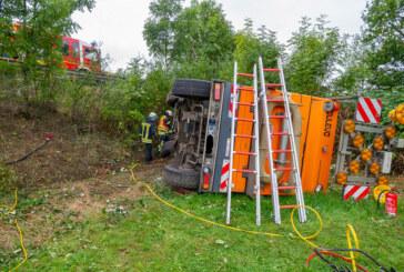Kehrmaschine stürzt Böschung herunter: Feuerwehr befreit verletzte Fahrerin