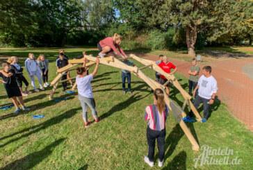 Brückenbau leicht gemacht: Schüler des Gymnasiums Ernestinum testen Konstruktion von Leonardo da Vinci