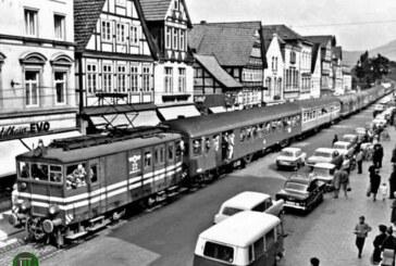 Als Erinnerung an den Bahnverkehr durch Rinteln: Schienen in der Weserstraße?