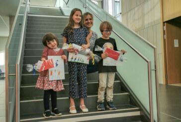 Kleine Kunstwerke zum Thema Familie: Leuchtende Kinderaugen bei Preisübergabe im Klinikum Schaumburg
