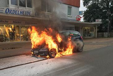 Feuerwehreinsatz am Abend: Auto brennt auf Bahnhofstraße