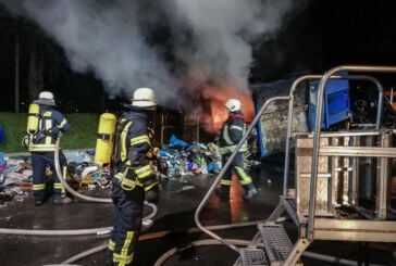 Feuerwehr löscht brennenden Müllcontainer am Recyclinghof Rinteln