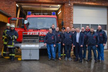 Volksbank in Schaumburg spendiert Grill für Freiwillige Feuerwehr Kalletal