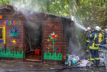Brandstiftung an Grundschule Hausberge: Mülltonne und Holzhütte in Brand