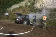 Burg Schaumburg: Feuerwehr löscht brennendes Auto