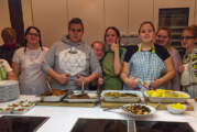 Teenager und ehrenamtliche Coaches kochen und genießen mit allen Sinnen