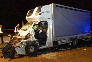 Auffahrunfall auf der A2: Fahrer eingeklemmt und schwer verletzt