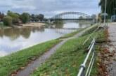 Unfall am Pferdemarkt: Auto kommt knapp vor der Weser zum Halten
