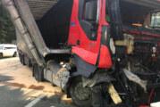 Vollsperrung nach Auffahrunfall auf A2 bei Porta: LKW verliert Stahlstangen