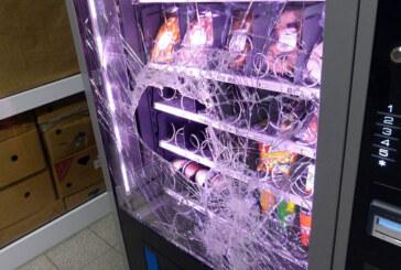 Scheibe eines Automaten eingeschlagen: Jugendliches Trio unter Tatverdacht