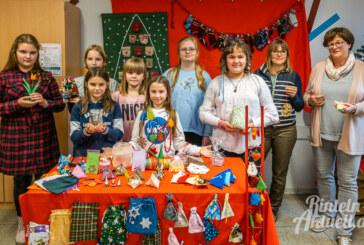 Adventskalender-Tombola der Hildburgschule: Losverkauf im Mehrgenerationenhäuschen