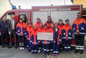 Jacken für Wind, Wetter und Wettkämpfe: Sparkasse Schaumburg spendet 500 Euro an Jugendfeuerwehr Engern